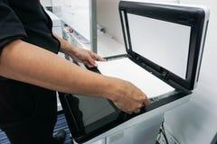 Лист бумаги места бизнесмена на принтере Стоковое Изображение