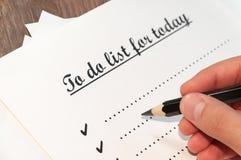 Лист бумаги перед человеком с словами: Сделать список для сегодня Планирование дел на день против как крюка hang долларов принцип Стоковые Изображения RF