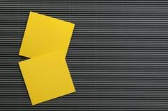 Лист бумаг примечания изолята желтый Стоковое Фото