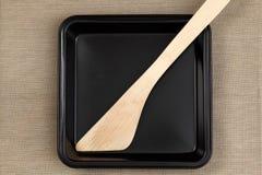 Лист выпечки с деревянным шпателем Стоковые Фотографии RF