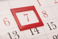 Лист календаря стены с красным знаком на обрамленной дате 7 Стоковые Изображения
