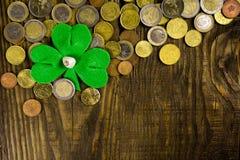 Лист клевера и много монетки на деревянной предпосылке Скопируйте затир Стоковые Изображения RF