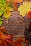 Лист осени на деревянной предпосылке Стоковые Изображения RF