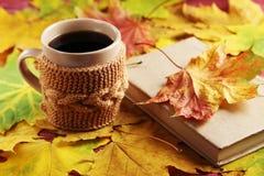 Лист осени с чашкой кофе Стоковые Изображения RF