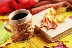Лист осени с чашкой кофе Стоковые Фотографии RF