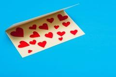 лист сердец приветствию золота карточки предпосылки красный насыщенный Стоковые Фото