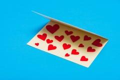 лист сердец приветствию золота карточки предпосылки красный насыщенный Стоковое Изображение