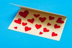 лист сердец приветствию золота карточки предпосылки красный насыщенный Стоковое Изображение RF