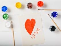 Лист с красным сердцем и надпись любят на белой таблице Плоское положение Стоковые Изображения RF