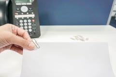Лист чистого листа бумаги владением женщины с бумажным зажимом Стоковое фото RF