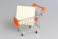 Лист чистого листа бумаги в магазинной тележкае на сером цвете Стоковое Фото