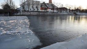Литва, река Neris Вильнюса с льдом на ем Старый городок в предпосылке сток-видео