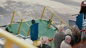 ЛИТВА, KLAIPEDA 30-ое августа 2014 Паром вытягивает свой зеленый gangplank вниз для того чтобы позволить людям  сток-видео