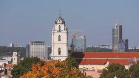 Литва vilnius Взгляд католической церкви St. Johns с колокольней и современными зданиями Лоток, панорама видеоматериал