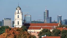 Литва vilnius Взгляд католической церкви St. Johns с колокольней на зданиях предпосылки современных акции видеоматериалы