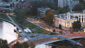 Литва vilnius Взгляд сверху музея энергии и технологии и движение на мосте Mindaugas через реку Neris внутри видеоматериал