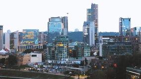 Литва vilnius Городской пейзаж в лете вечера Красивый вид современных небоскребов офисных зданий в деле сток-видео