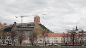 Литва vilnius Реставрационные работы для того чтобы усилить почву холма с башней замка Gediminas Известная башня Gedimino внутри сток-видео