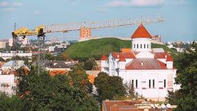 Литва vilnius Собор Theotokos и башня Gediminas или Gedimino в городке Вильнюса старом Всемирное наследие ЮНЕСКО сток-видео