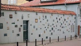 Литва vilnius Улица Literatu - одна из самых старых улиц в старом городке Вильнюса, Литвы Стена литературоведческая видеоматериал