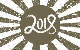 Литерность Нового Года 2018 нарисованная рукой на бронзе и белая ретро предпосылка grunge с лучами Стоковые Фото