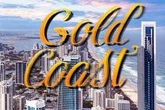 Литерность руки Gold Coast над небоскребами правыми рядом с пляжем океана - серферами раем, Gold Coast, Австралией стоковая фотография rf
