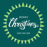 Литерность руки Xmas с зелеными рождественскими елками Стоковые Изображения
