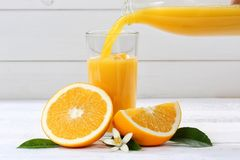 Лить апельсинового сока льет плодоовощи плодоовощ апельсинов стоковые фотографии rf