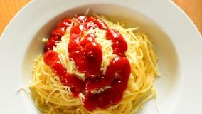 Лить базилик кетчуп и установки листает на сыре spaghettiwith сток-видео