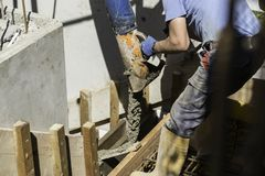 Лить бетон на строительной площадке стоковые фотографии rf