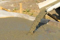 Лить бетон от конкретного смесителя Работа бетона людей лить стоковое фото