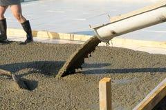 Лить бетон от конкретного смесителя Работа бетона людей лить стоковое фото rf