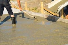 Лить бетон от конкретного смесителя Работа бетона людей лить стоковые фотографии rf
