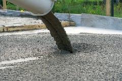 Лить бетон от конкретного смесителя Работа бетона людей лить стоковая фотография rf