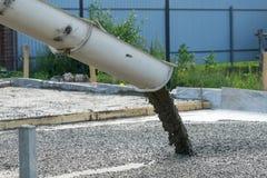 Лить бетон от конкретного смесителя Работа бетона людей лить стоковое изображение