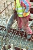 Лить бетон от смесителя цемента на concreting форма-опалубке 2 Стоковая Фотография RF