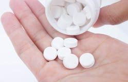 Лить белые медицины от бутылки пилюльки Стоковые Изображения RF