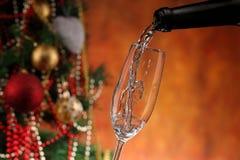 Лить вино и рождественская елка Стоковая Фотография