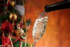 Лить вино и рождественская елка Стоковое Фото