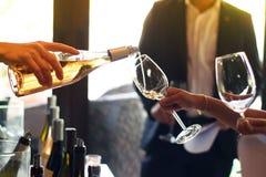 Лить вино от бутылки в стекла стоковые фото
