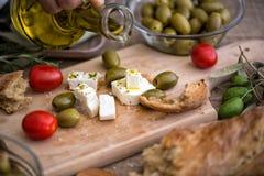 Лить виргинское оливковое масло на вегетарианском салате с свежим vegetabl стоковая фотография rf