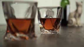 Лить виски в 2 стеклах акции видеоматериалы