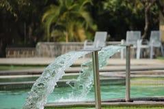 Лить вода в бассейне стоковые изображения