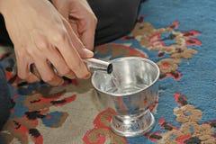 Лить вода от бутылки в чашку для доли хорошей стоковая фотография