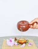Лить горячий чай в чашку Стоковые Фото
