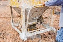 Лить готов-смешанный бетон от смешивая черни конкретный смеситель в сталь корзины стоковое изображение rf
