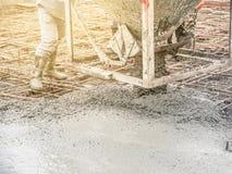 Лить готов-смешанный бетон от смешивая черни конкретный смеситель в сталь корзины стоковое фото rf