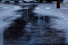 лить дождь, с грозой и громом, подачи воды на асфальт формируя бассейны, падения дождя получает к бассейнам и стоковое фото rf