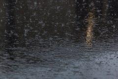 лить дождь, с грозой и громом, подачи воды на асфальт формируя бассейны, падения дождя получает к бассейнам и стоковые фотографии rf