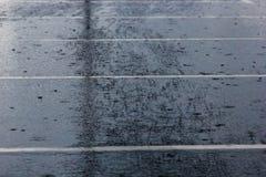 лить дождь, с грозой и громом, подачи воды на асфальт формируя бассейны, падения дождя получает к бассейнам и стоковые изображения rf